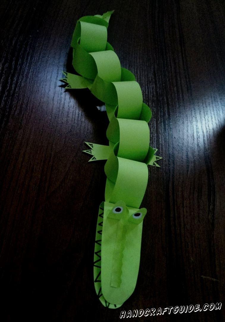 Сделай крокодила из цветной бумаги, любой длинны, соединяя звенья один за одним.