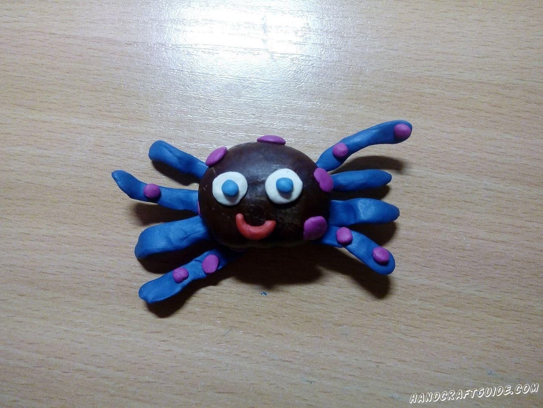 Украшаем паука фиолетовыми пятнышками