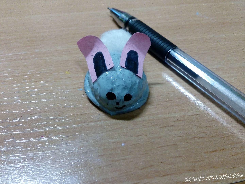 С помощью ручки (или фломастера) рисуем мордашку