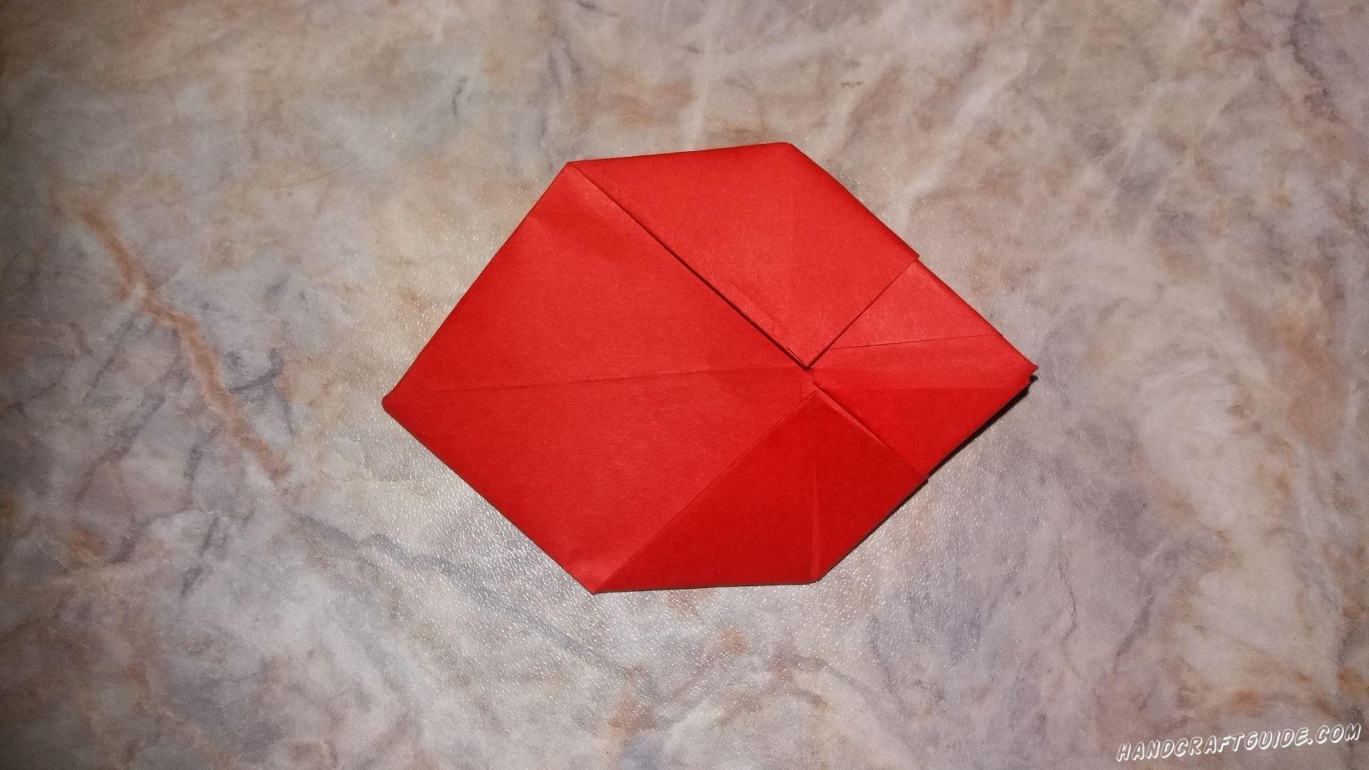 Ещё два треугольника бы отгибаем на другую сторону. Загибаем под углом назад от первого треугольника