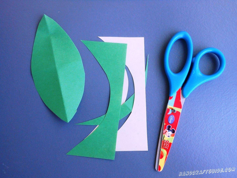 Осталось только вырезать зелёный листочек, согнуть его пополам вдоль и приклеить к стеблю.