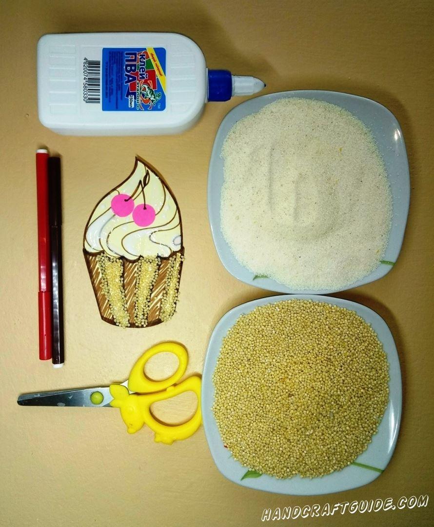 Теперь намажем клеем полосочки на верхней части пирожна и также засыпаем крупой, но только уже манной