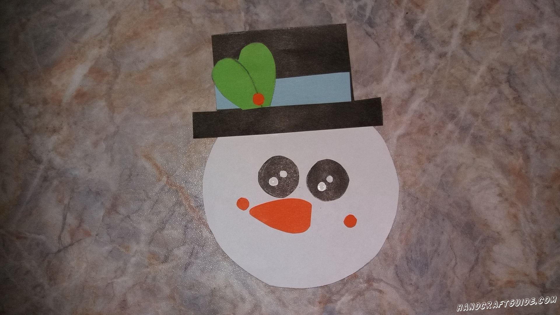Осталось только «надеть» шляпу на голову снеговика