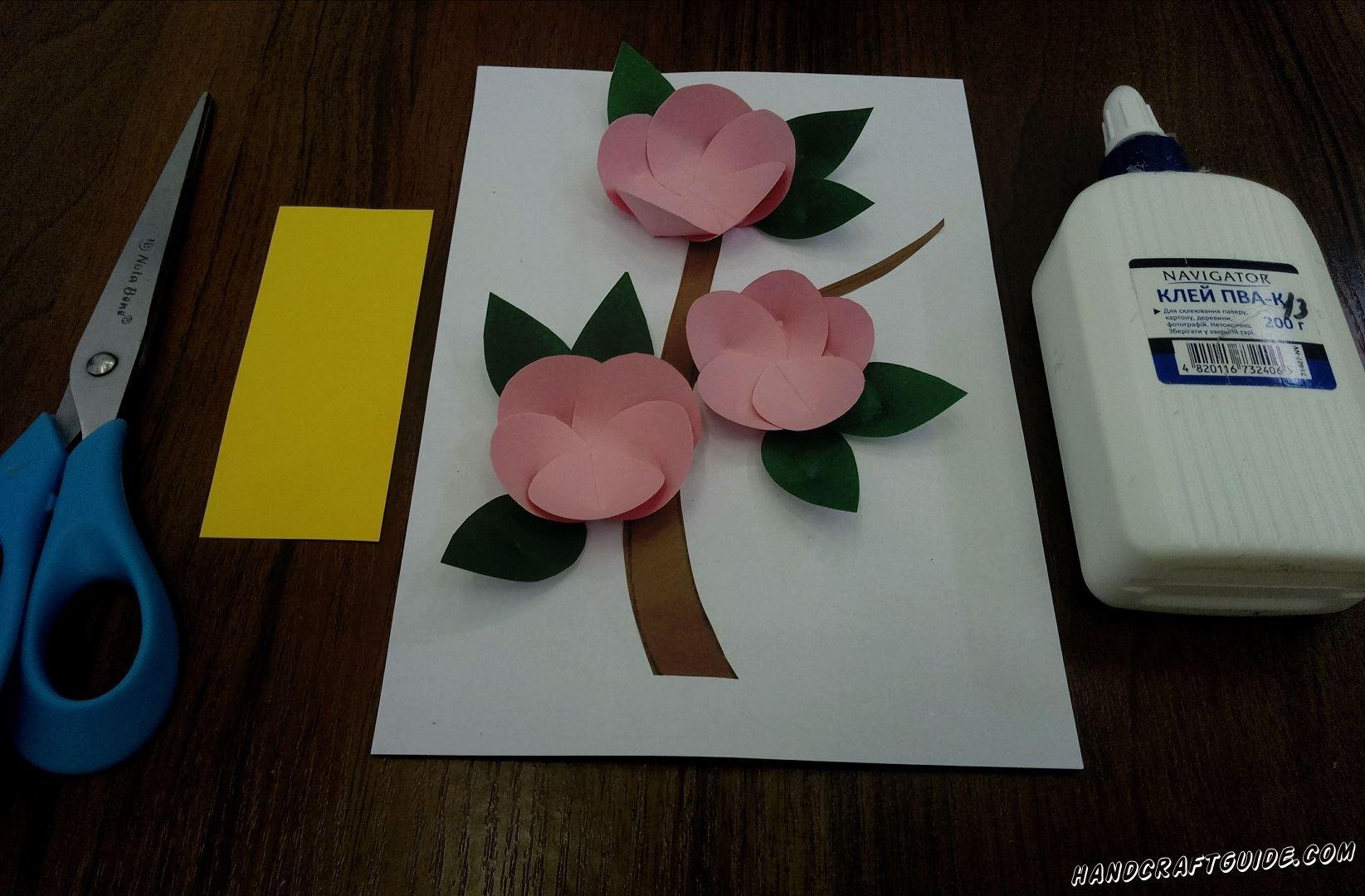 Наклеиваем листочки под цветы