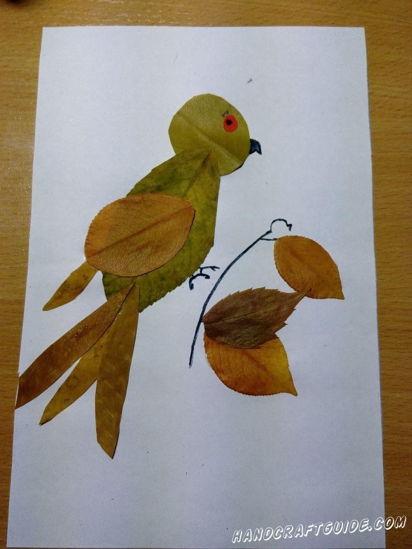 легкая аппликация птичка на веточке из осенних листьев