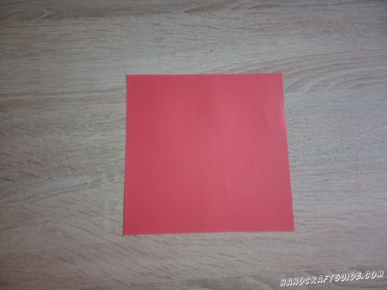 Вырезаем ровный квадрат цвета, которым будет Ваша коробочка