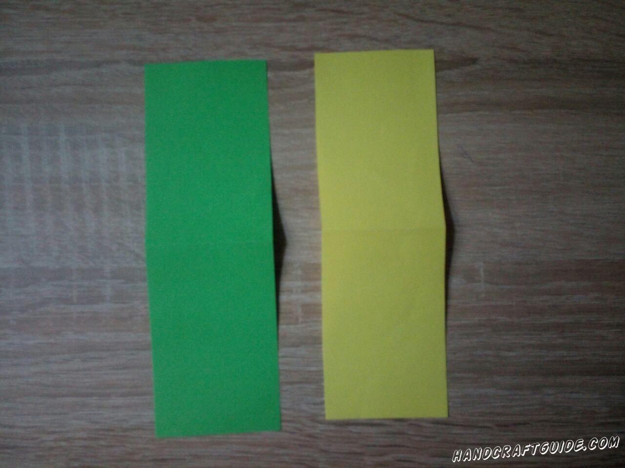 Из цветной бумаги вырезаем 2 одинаковые полосы, разного цвета