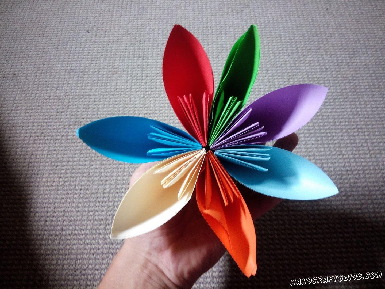 Поспешите сделать с нами замечательный разноцветный цветочек из цветной бумаги