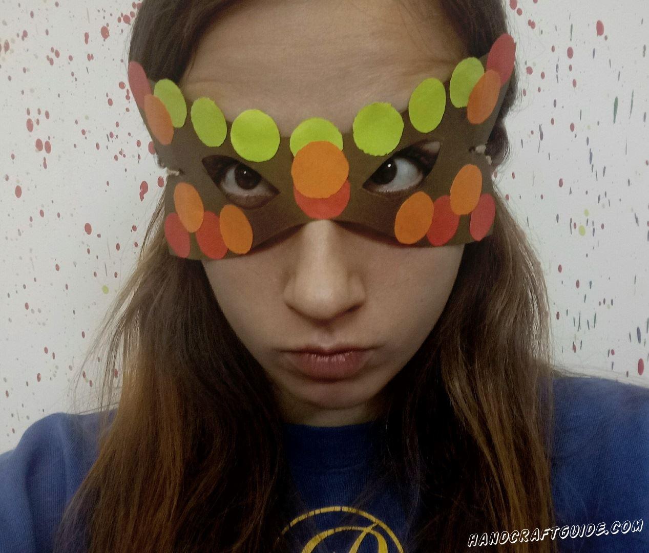 Великолепная маска, которую мы сделаем своими руками из цветной бумаги.