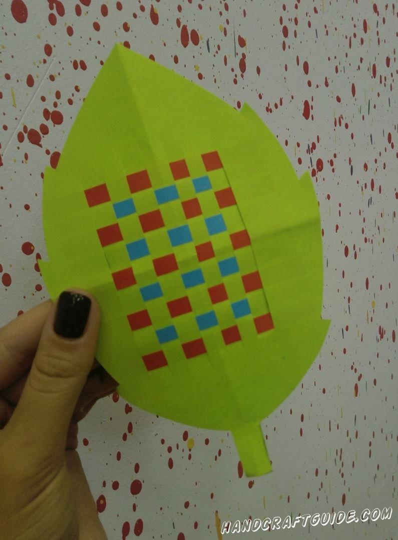 Давайте украсим весенний листик из цветной бумаги, красивым узором.