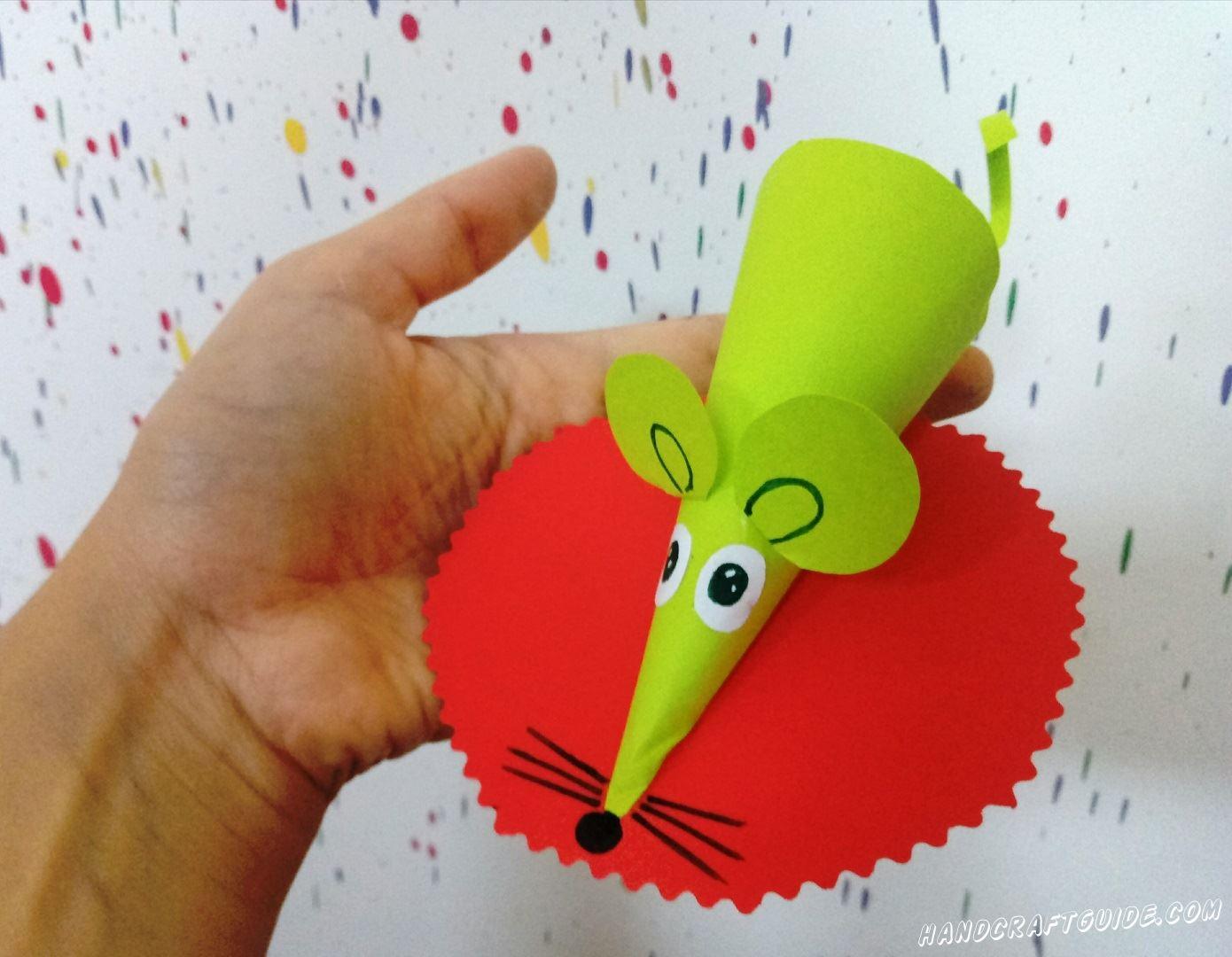 Эта зелёная мышка из цветной бумаги очень яркая и сможет без труда украсить вашу комнату.