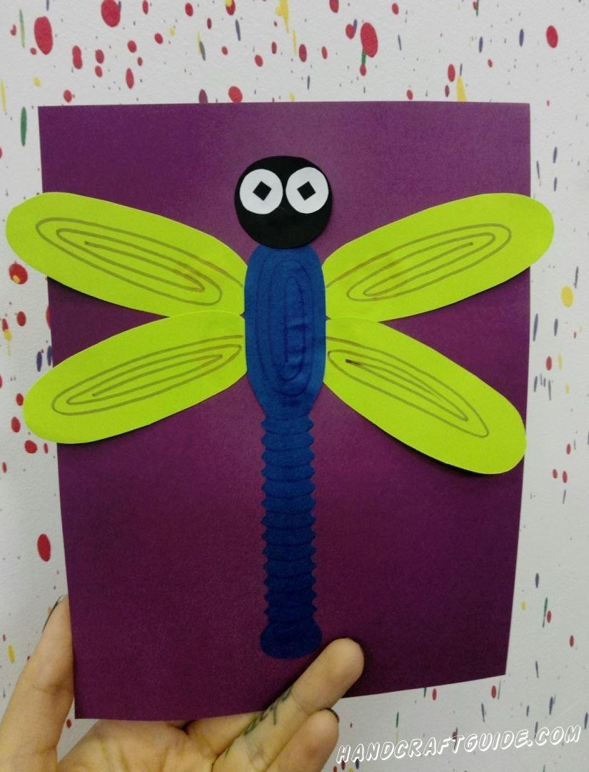 Красивую стрекозу из цветной бумаги мы сделаем прямо сейчас.
