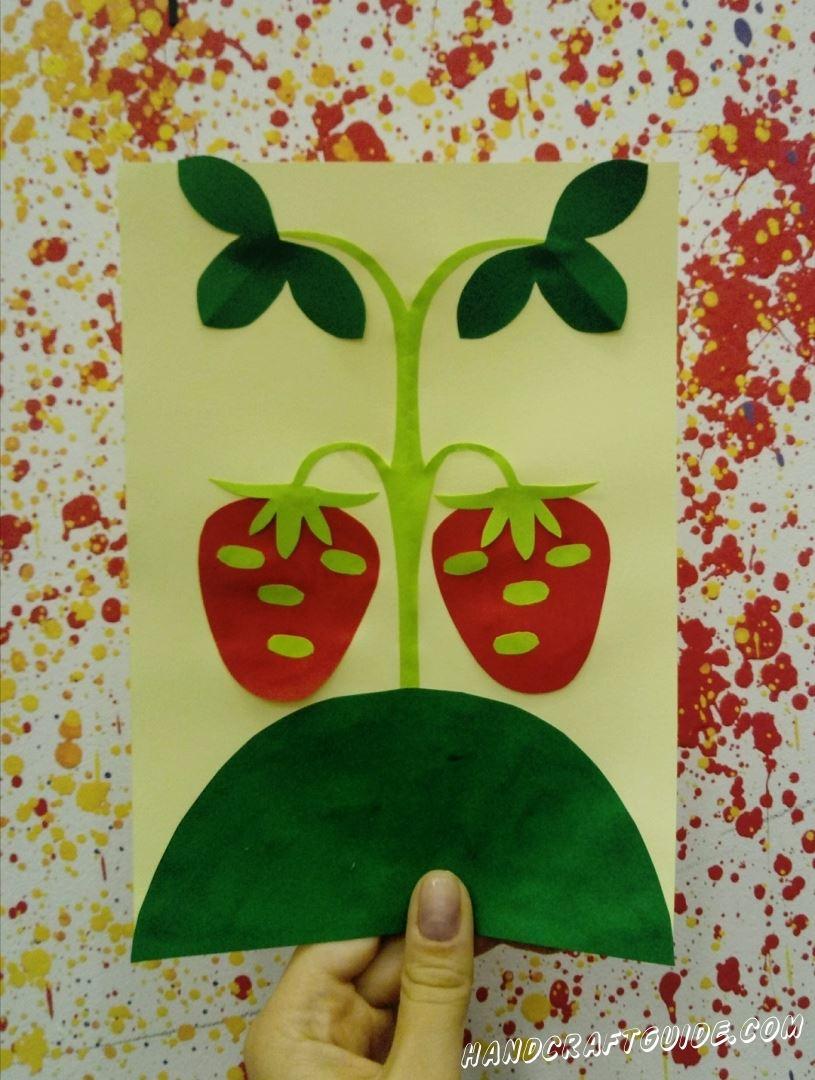 Всегда мечтали о аппликации, на которой будет клубника из цветной бумаги? Тогда присоединяйтесь к нам.