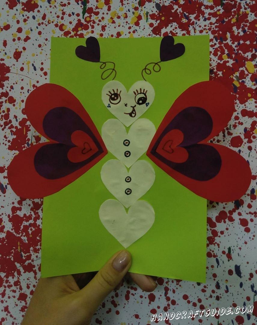 Такая красивая бабочка с сердечками из цветной бумаги, обязательно порадует ваших родных и близких.