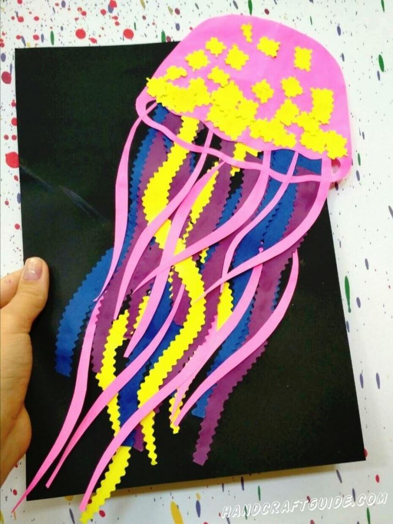 Изучаем подводный мир,с помощью поделок из цветной бумаги. Сейчас мы сделаем вот такую красивую разноцветную медузу.