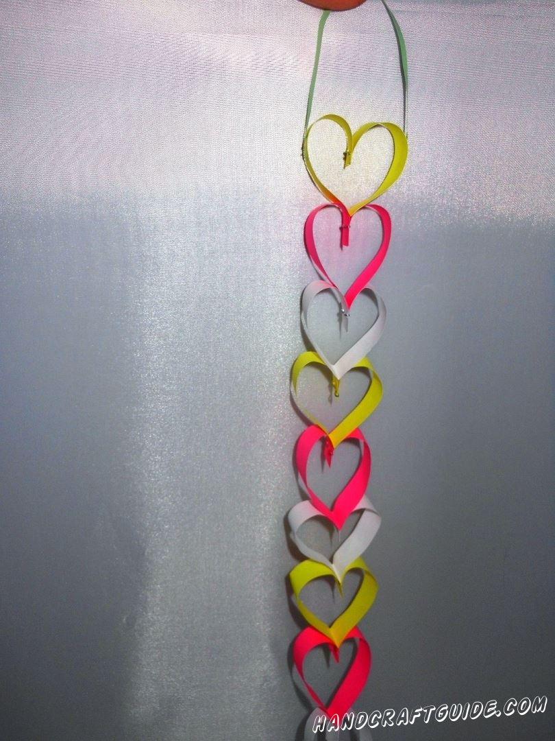 Гирлянды сердечками из бумаги можно украсить любой праздник, а мы вам покажем, как это сделать.