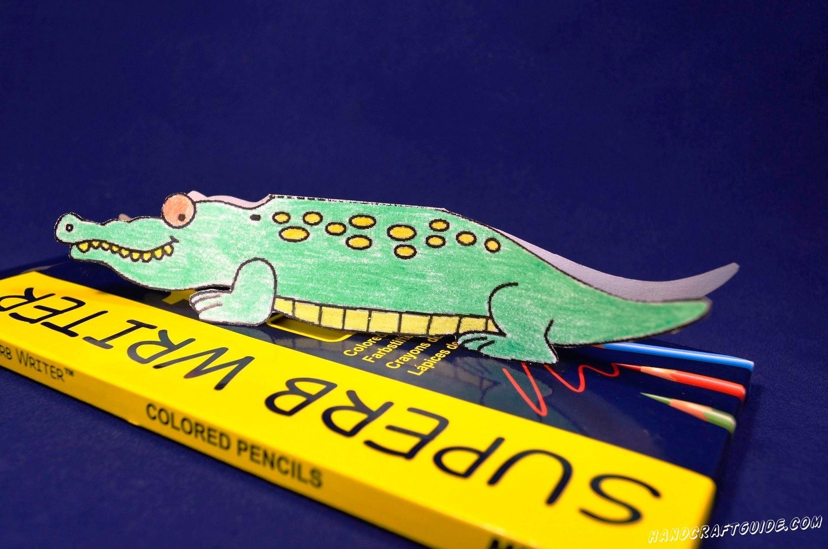 А кто это у нас тут такой? Да это же крокодил из бумаги. Давайте же и себе сделаем такого!