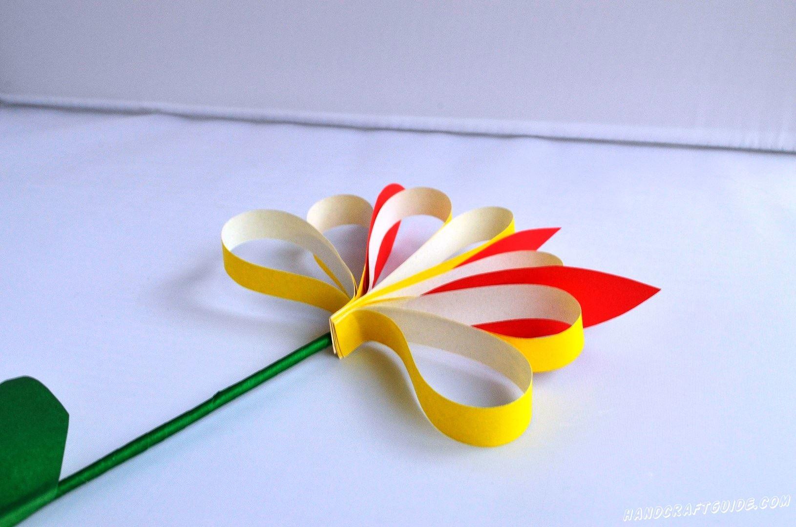 Не можете выбрать, какие цветы любит та или иная девочка? Мы вам покажем универсальный вариант – цветочек из цветной бумаги.