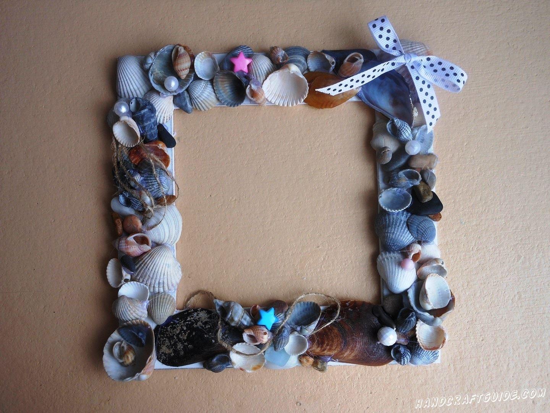 Распечатай свою любимую фотографию с моря и вставь её в такую красивую рамку из ракушек.