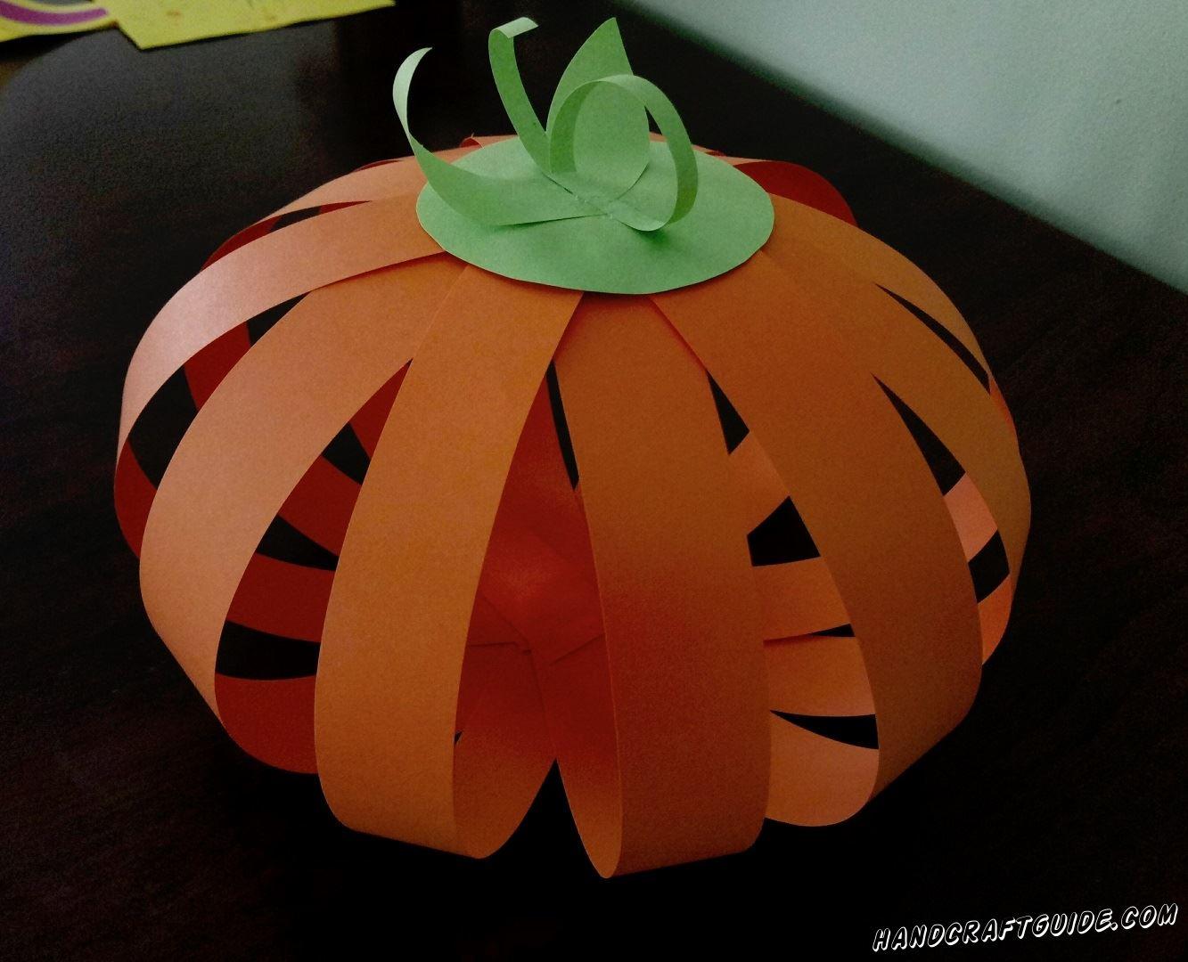 Скоро Хэллоуин и нам обязательно нужно украсить дом к этому весёлому празднику. Давайте вместе сделаем тыкву из цветной бумаги, своими руками.