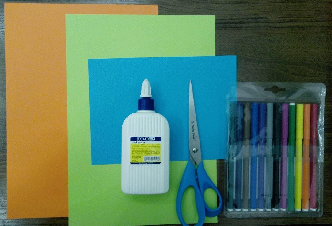 Для изготовления коктейля из бумаги Вам понадобиться : Катрон синего цвета (или какого цвета вы хотели бы свой коктейль) Ножницы Цветная бумага Клей Фломастеры