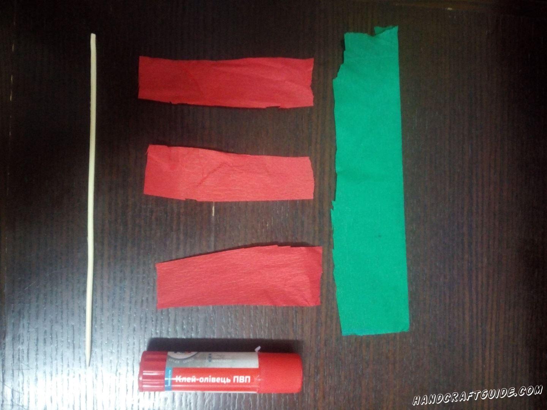 Для начала выбежим 3 короткие широкие полоски красного цвета и одну длинную широкую полоску зеленого цвета