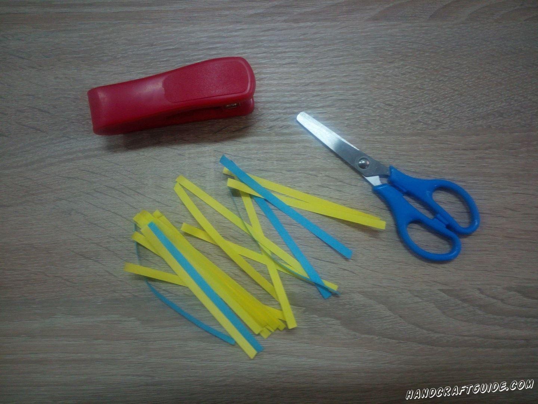 Берем голубую и желтую бумагу и вырезаем множество тонких полосочек одинакового размера