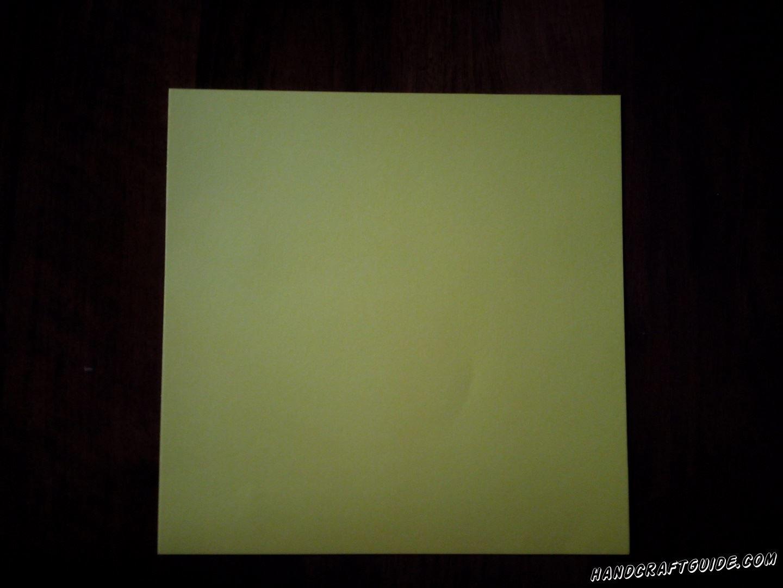 Из цветной бумаги вырезаем фигурки квадратной формы