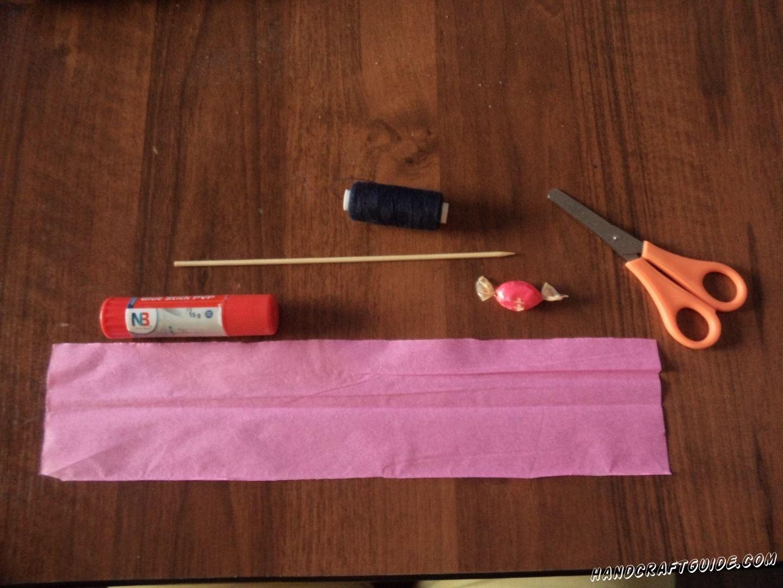 Для выполнения данной поделки нам понадобится: Гофрированная бумага Ножницы Клей Нитки Шпажка Конфетка