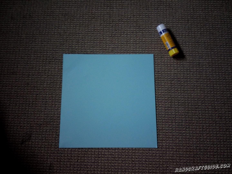 Возьмём бумагу для оригами или вырежем квадраты из цветной бумаги