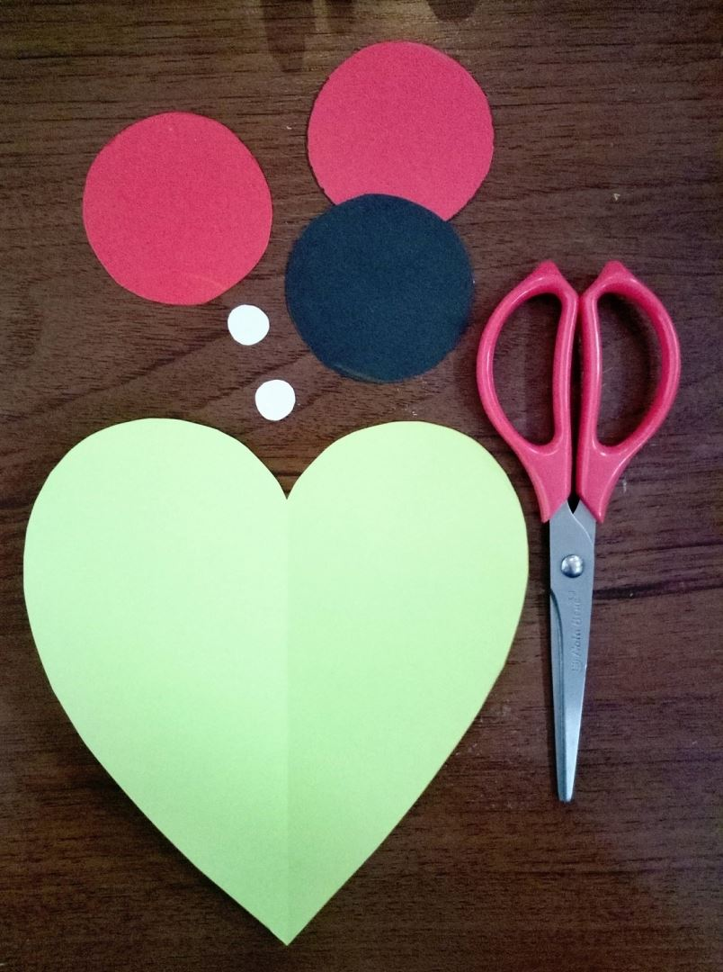 To start from the paper cut out the circles. The same average size: two red and one black; Small: 2 white. And one heart, preferably a light pink color, large size.