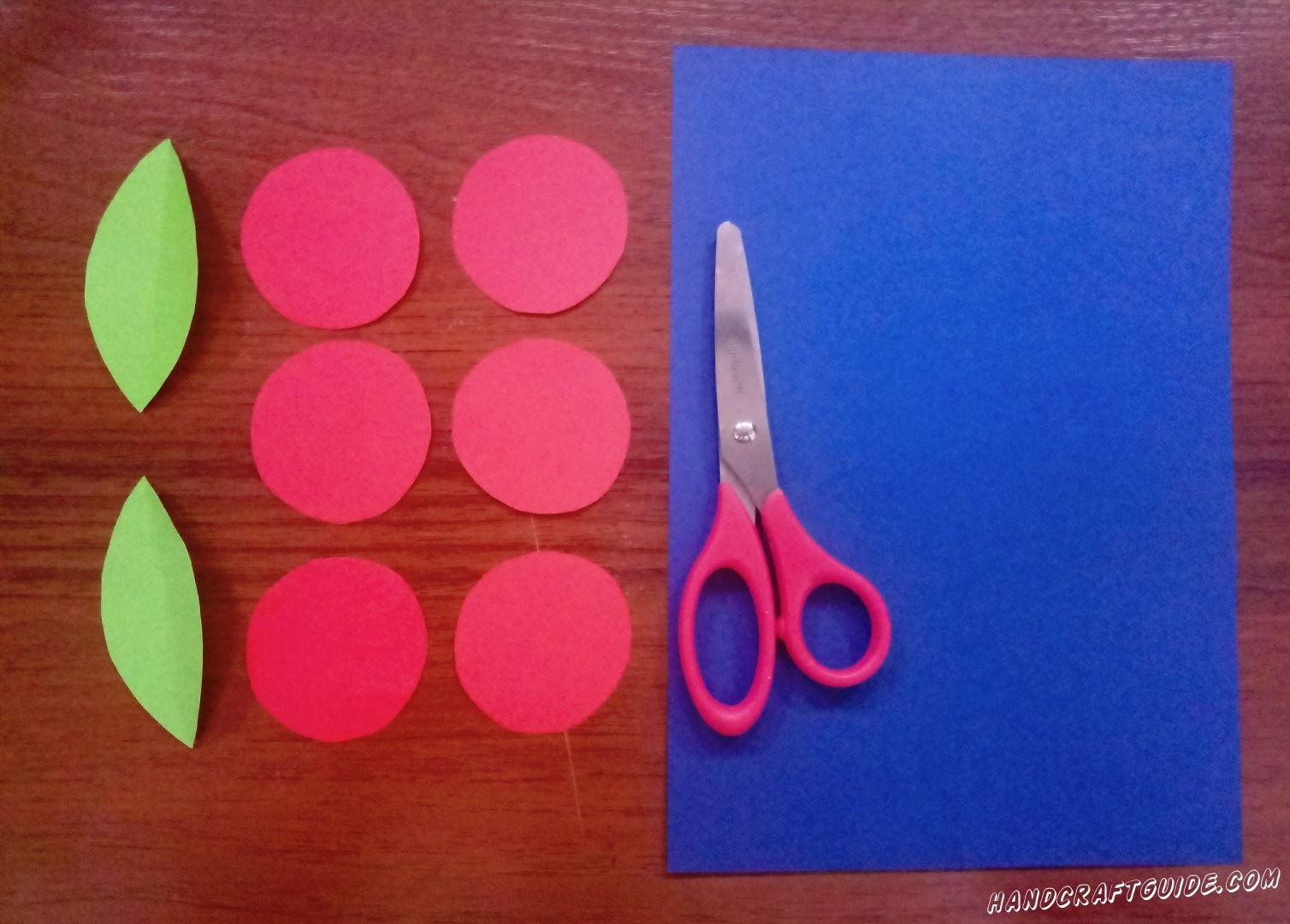 Для начала вырезаем 6 красных кружочков и 2 зелёных листка