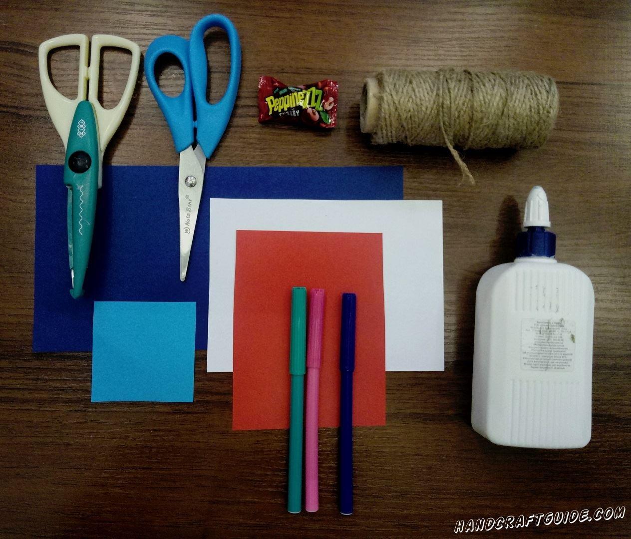 Для выполнения данной поделки нам понадобится: Цветная бумага Ножницы Клей Фломастеры (Карандаши) Нитка или верёвка Конфетка Фигурные ножницы