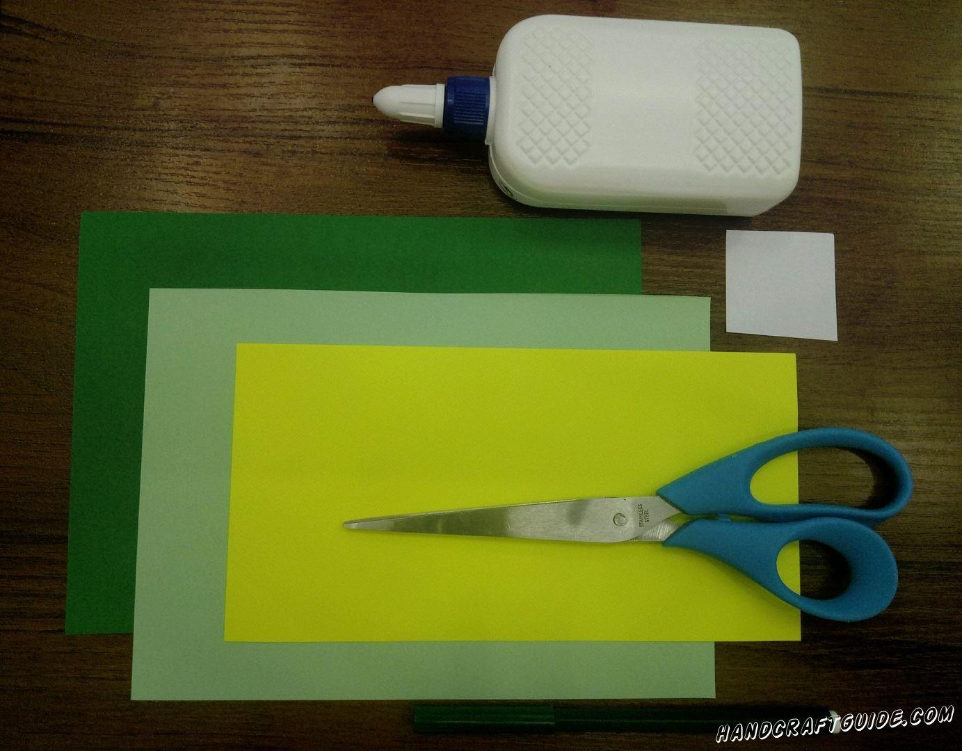 Для этого нам понадобится: Цветная бумага: зелёная, бирюзовая, белая, желтая Клей ПВА Ножницы Фломастер зелёного цвета