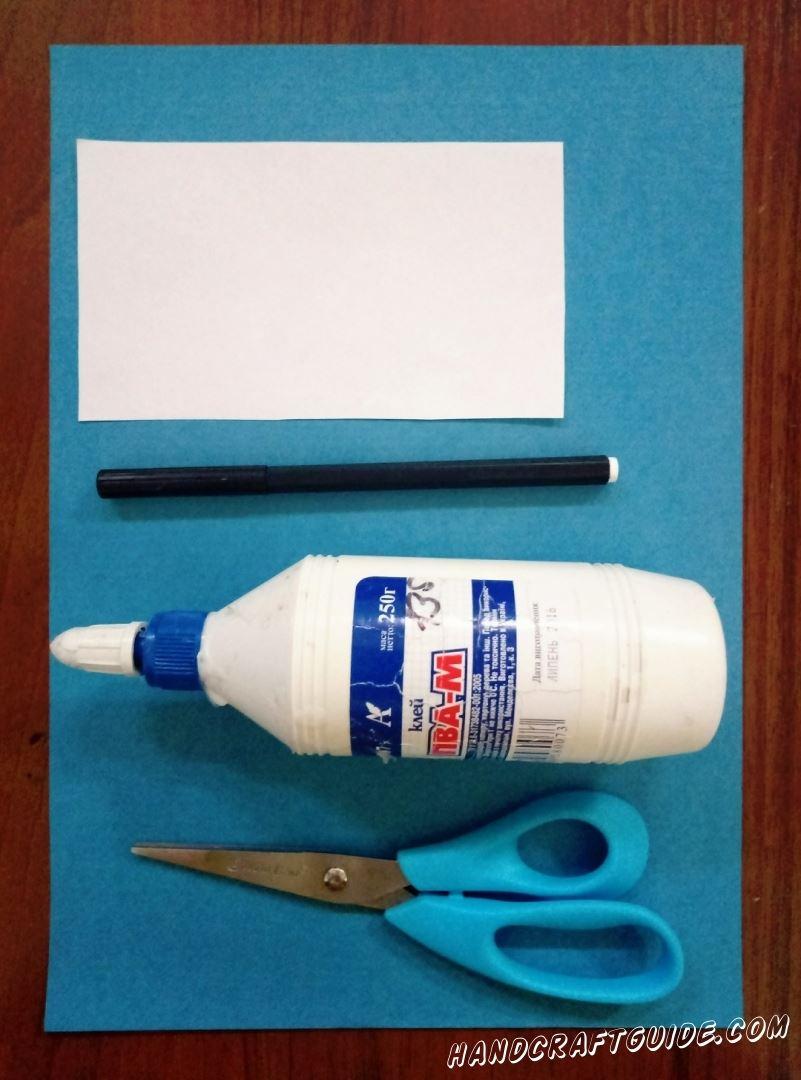 Для изготовления голубого кита нам понадобится : Голубая и белая бумага Ножницы Клей
