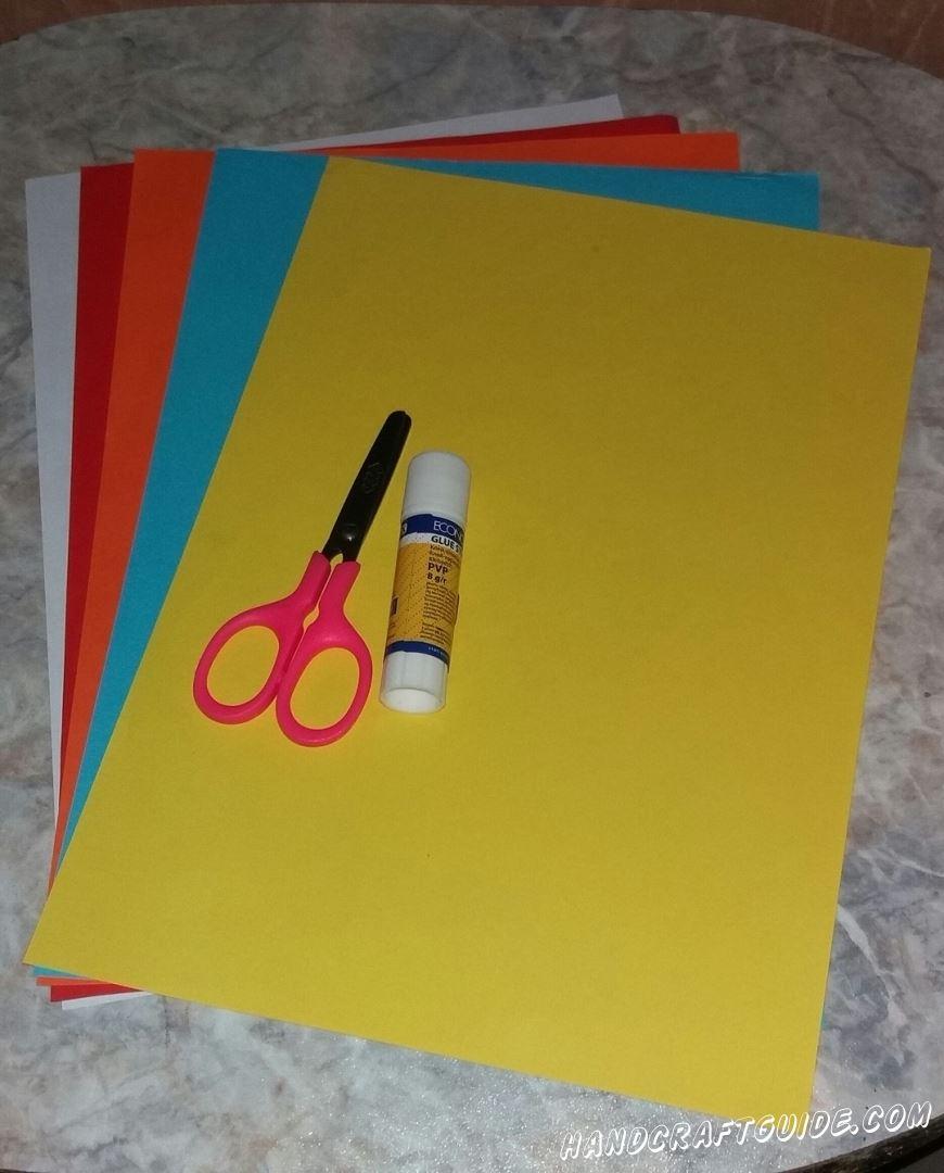 Для этого нам понадобится: Цветная бумага Клей Ножницы Фломастер