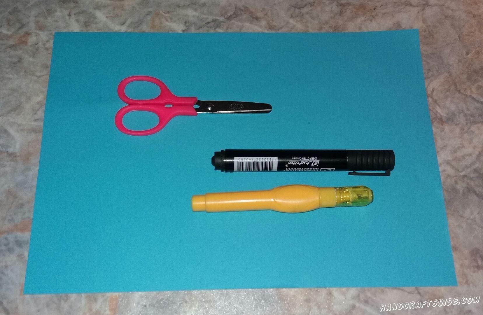 Нам понадобится: Цветная бумага Ножницы Фломастер Корректор