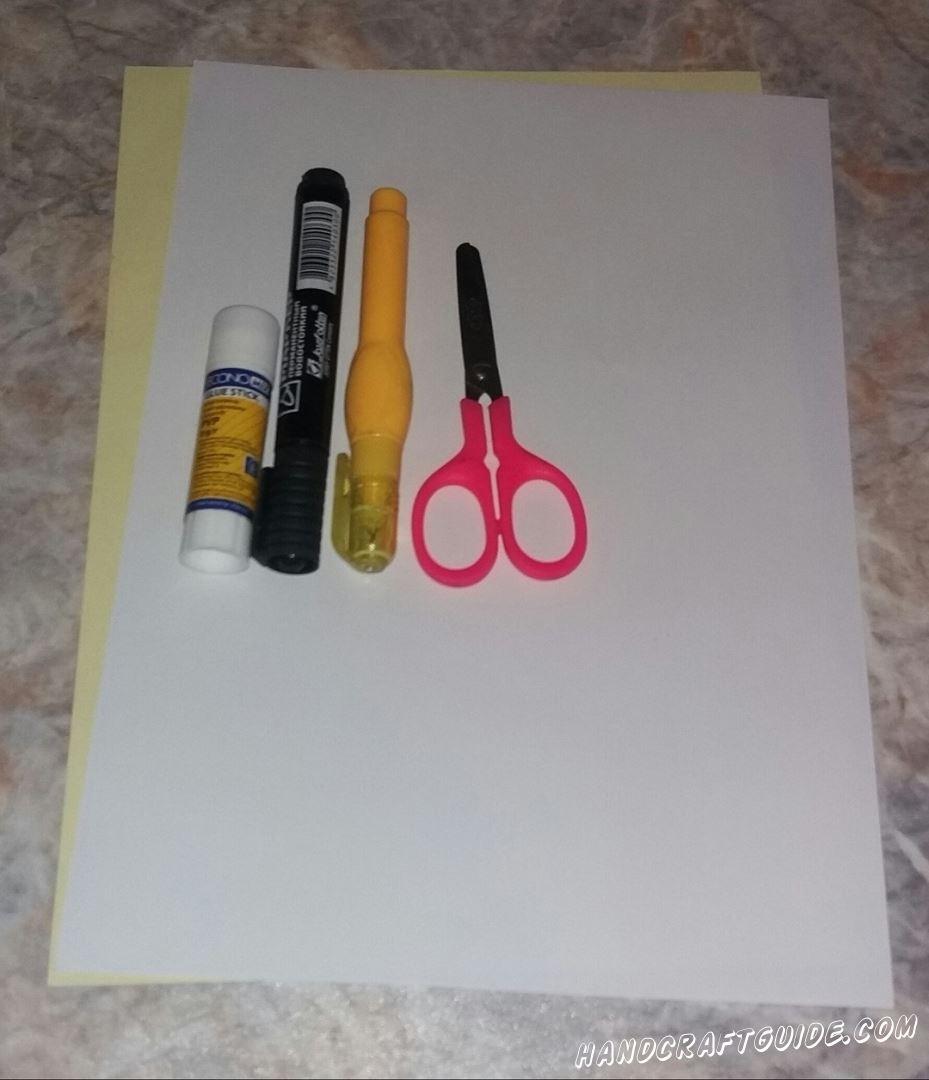 Для этого нам понадобится: Белая и желтая бумага Клей Ножницы Фломастер
