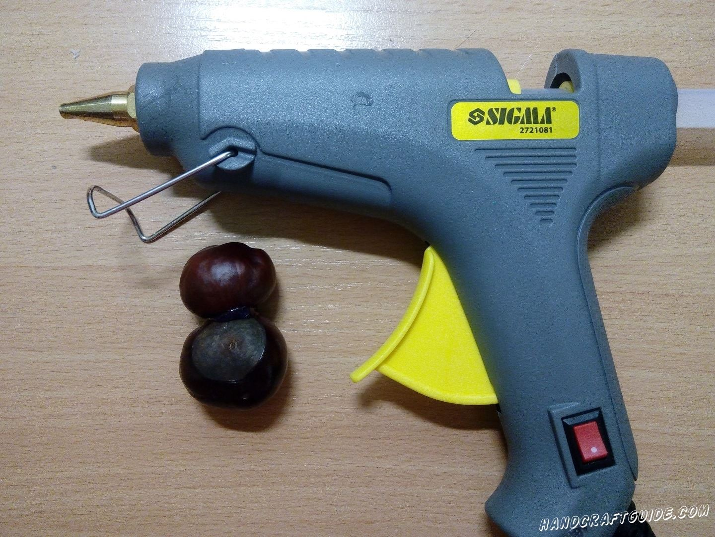 Берем 2 каштана и склеиваем их с помощью клей-пистолета
