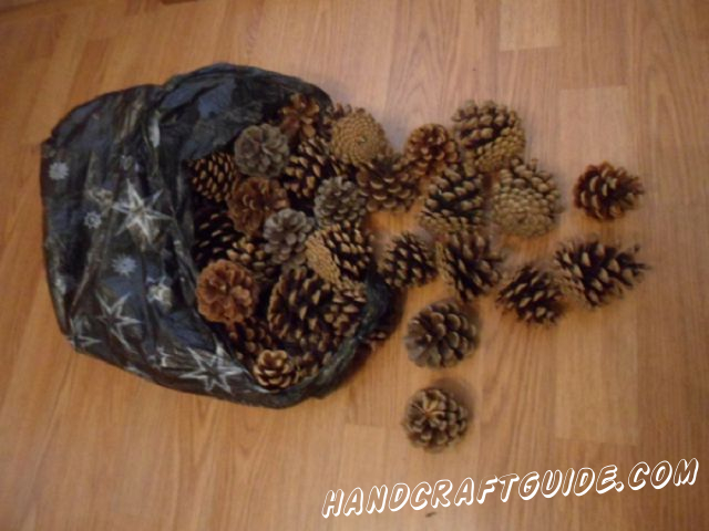 Make a circle of 11-12 pine-cones, joining them together with thin wire. At first fix the wire on the first pine-cone like it's shown in the image.