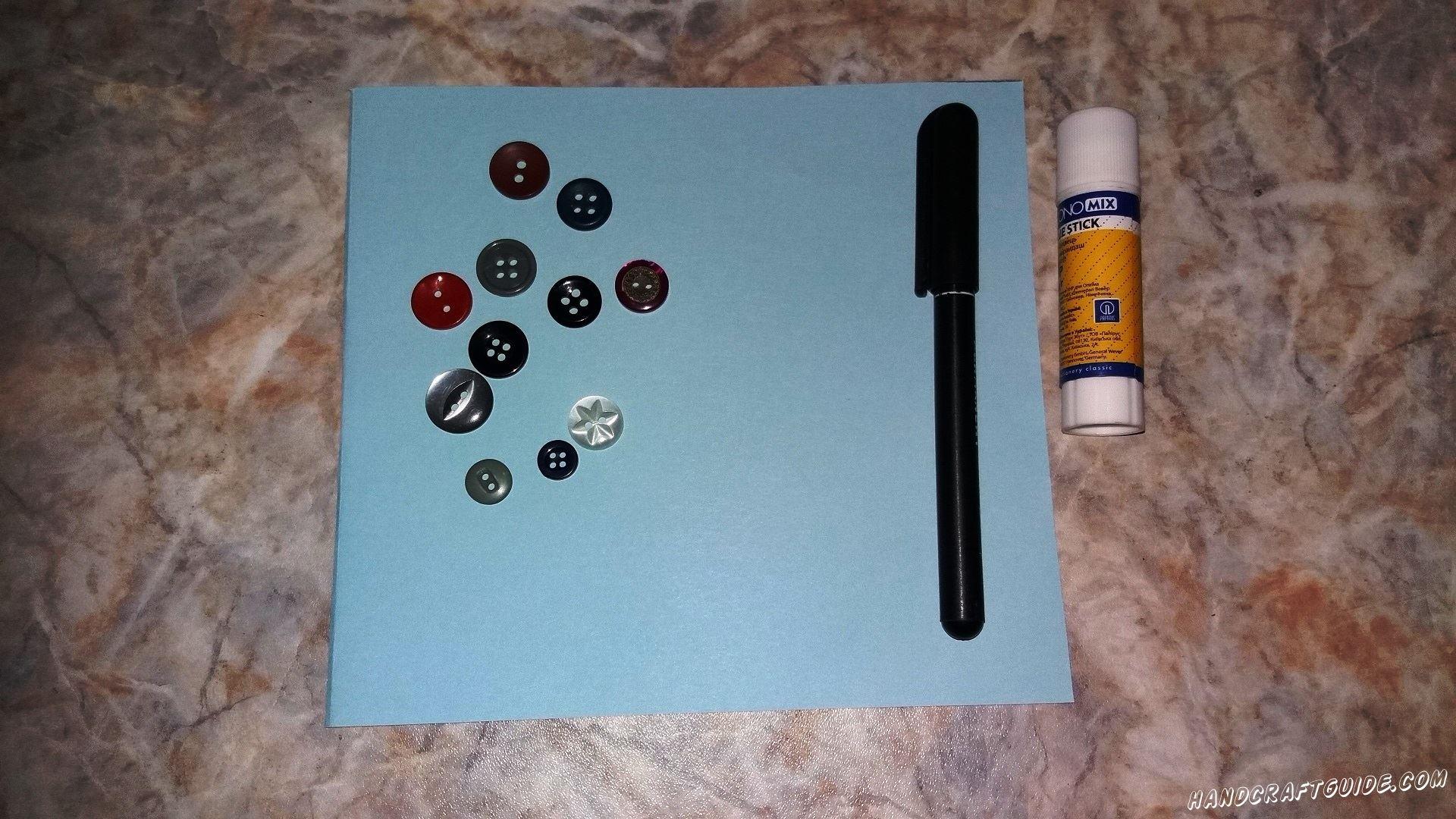 Для его выполнения нужно взять:  Цветная бумага Цветные фломастеры Пуговицы Клей