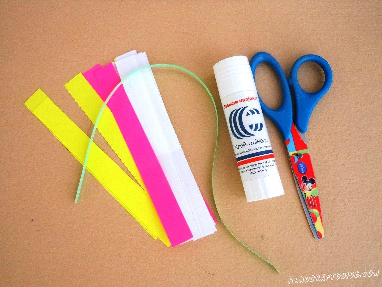 Нарежем множество цветных полосочек из бумаги и согнем их пополам.