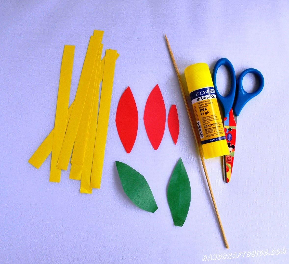 Для начала нам нужно вырезать 7 одинаковых желтых полосочки, 2 зелёных листика и 3 одинаковых красных лепестка.