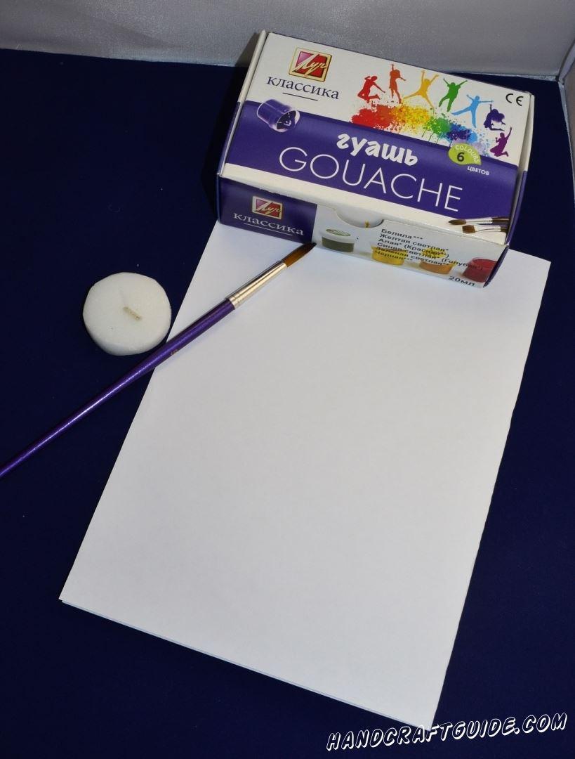 Наша картинка будет на морскую тематику, потому мы берем гуашь и рисуем морские глубины. После того как краска высохла, мы берем свечку белого цвета и рисуем рыбку с водорослями, как обычным карандашом.