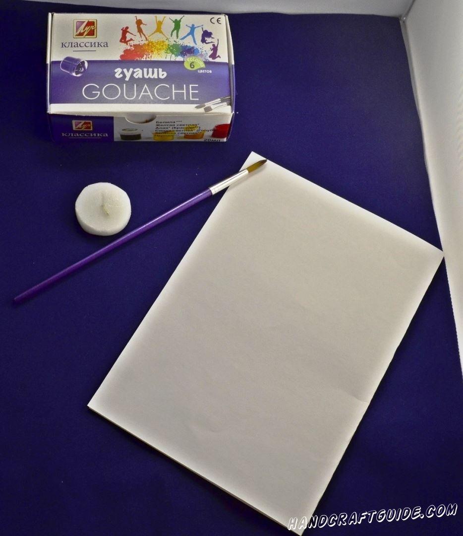 Для начала нам нужно взять лист белой бумаги и раскрасить в разные яркие цвета. После того как краска высохнет мы рисуем цветочек белой парафиновой свечкой.