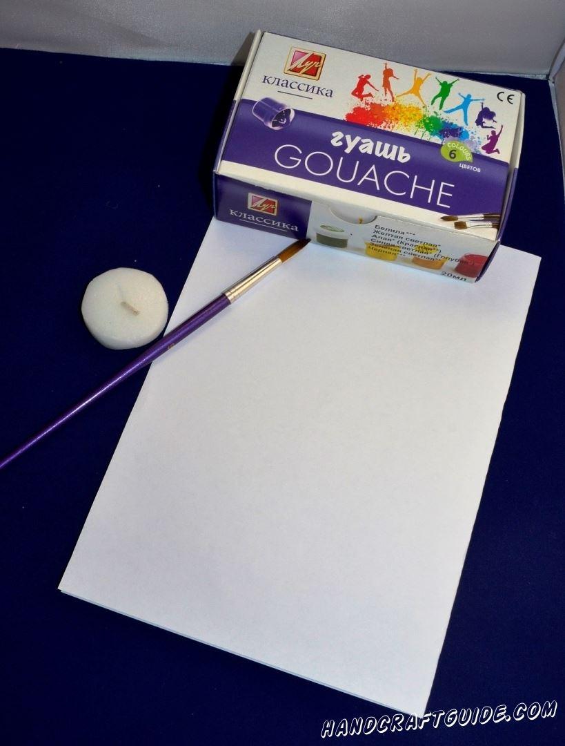 Возьмем белый лист бумаги и красками нарисуем на нем красивый цветок, на красном фоне. После того как краска высохла, мы берем белую парафиновую свечу и обводим контуры нашего рисунка, как показано на фото.