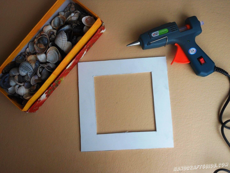 Вырезаем форму нашей рамочки из картона, в форме окошка.