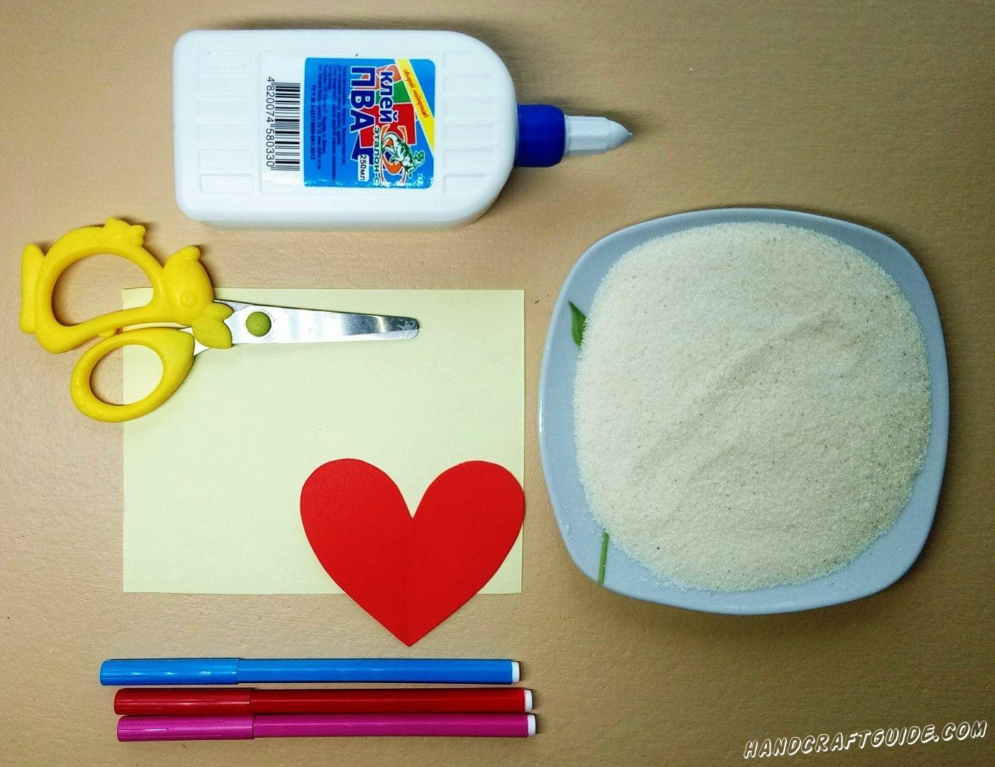 Вырезаем красивое сердечко и красной бумаги и наклеиваем его на светлый фон