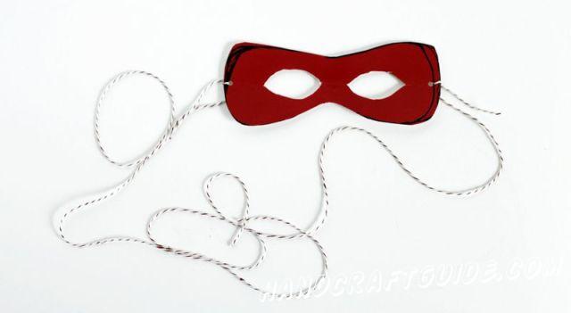 Наметим на маске, где будут глаза, и сделаем нужные отверстия. По краям маски сделаем небольшие отверстия (можно дыроколом) и привязываем нить или резинку, чтобы маска держалась на голове.