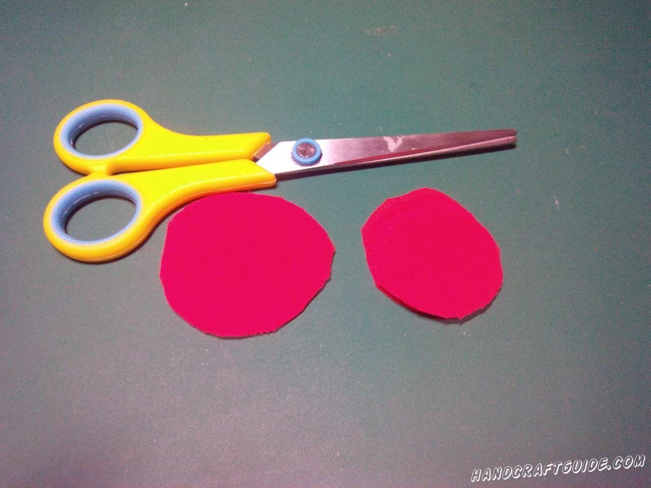 Из красной ткани вырезаем кружки , примерно одинакового размера